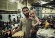 Su una nave italiana, un padre e un figlio siriani attendono di essere visitati da un medico (foto Unhcr 2014).