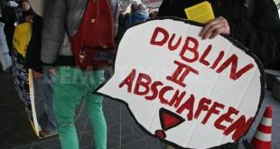 """""""Abolire il Dublino II"""": protesta all'aeroporto di Tegel, a Berlino, contro il regolamento europeo sui Paesi tenuti a esaminare una richiesta d'asilo."""