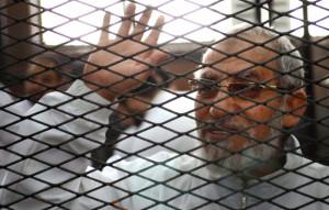 Il leader dei Fratelli musulmani Mohamed Badie dietro le sbarre il 3 febbraio 2014. Ahmed Gamil, Afp
