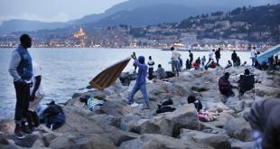 Migranti sugli scogli di Ventimiglia - Internazionale