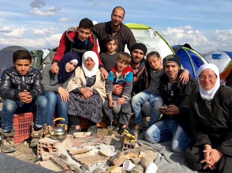 Bloccati a Idomeni, Grecia: alcuni membri del gruppo di sette nuclei famigliari (foto UNHCR, marzo 2016).