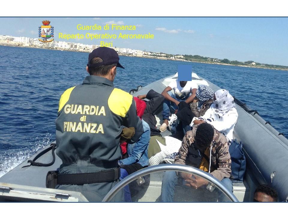 2 giugno 2016: la Guardia di Finanza blocca al largo di Otranto un motoscafo con 10 migranti somali e siriani, pilotato da due scafisti (foto G. di Finanza).